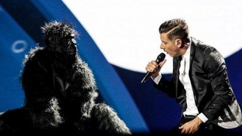 Eurovision: Ο Ιταλός ανέβηκε στη σκηνή με τον… χορευταρά πίθηκό του! (vid)