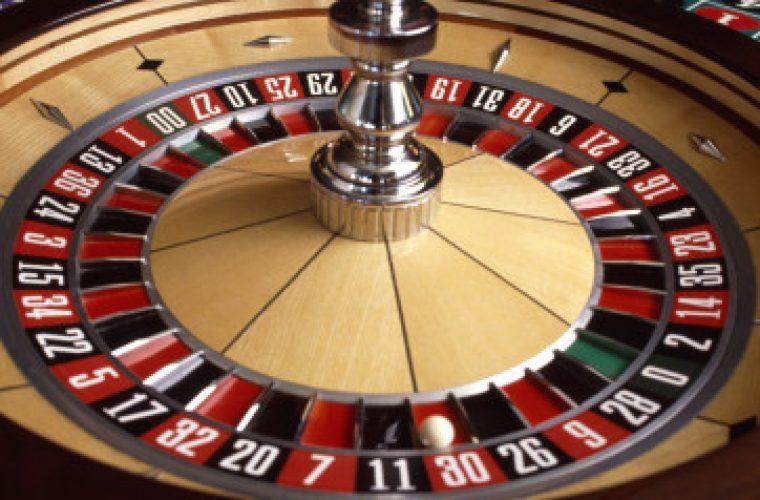 Έφοδος της ΕΛ.ΑΣ. σε καζίνο για… vip στον Άλιμο. Προσήχθη υποψήφια βουλευτής, βρέθηκε κοκαΐνη