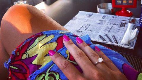 Γνωστή Ελληνίδα παντρεύεται και μας δείχνει το εντυπωσιακό μονόπετρο της!