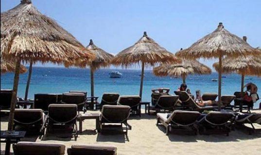 Ξαπλώστρες-κλουβιά: Η πρώτη παραλία με πλέξιγκλας στη Σαντορίνη (εικόνα)