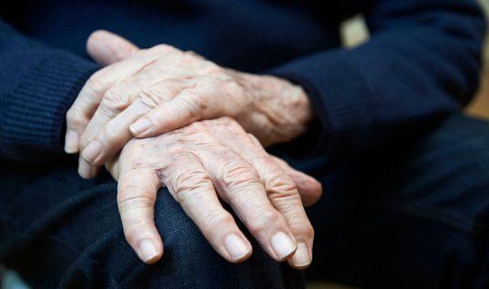 Τρέμουλο στα χέρια: Πού μπορεί να οφείλεται;