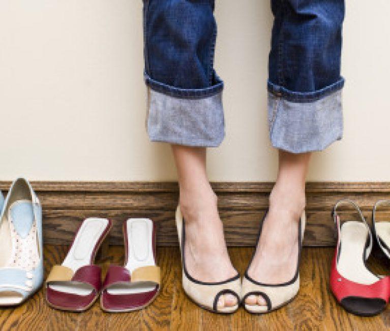 Το χρώμα των παπουτσιών που είναι η τάση που πρέπει να προσθέσετε στη ντουλάπα σας!