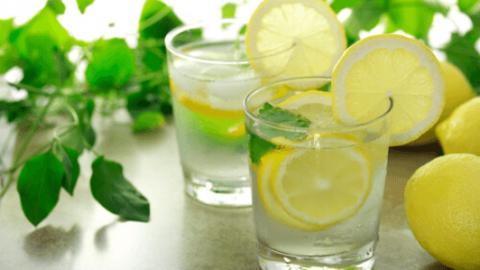 2 γευστικά αποτοξινωτικά ροφήματα με νερό για επίπεδη κοιλιά!