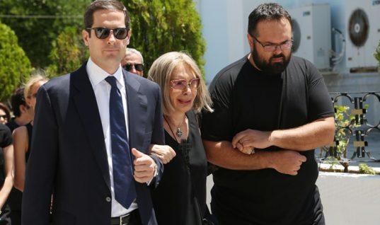 Κατέρρευσε η Ρίκα Διαλυνά στην κηδεία του συζύγου της