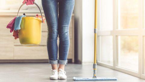 Ενα πράγμα που έχεις στη ντουλάπα μειώνει τον χρόνο που καθαρίζεις το σπίτι σου, στο μισό!