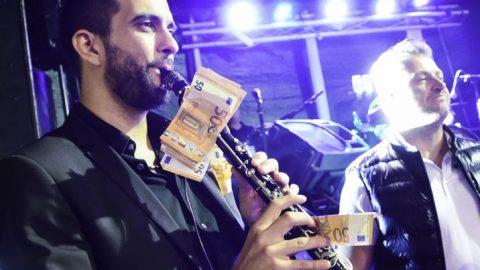 Ηλεία: Κρέμασαν 1.000 ευρώ σε κλαρίνο για να ακουστεί τραγούδι που ήθελαν – Απίστευτες σκηνές σε πανηγύρι (εικόνες και βίντεο)