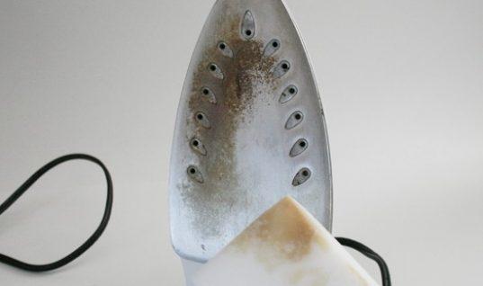 Ο πιο εύκολος τρόπος να καθαρίσεις την πλάκα του σίδερου ρούχων
