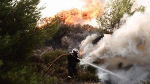 Καίγονται σπίτια στον Κάλαμο – Τραυματίστηκε ο στρατηγός Γιόβας της Πυροσβεστικής