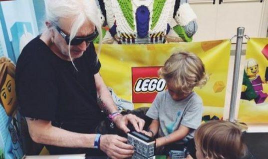 Νίκος Καρβέλας: Βόλτες και παιχνίδια με τους εγγονούς του!