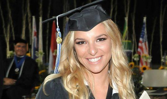 Η Εριέττα Κούρκουλου αποφοίτησε -Ολη η οικογένεια και ο σύντροφός της στην τελετή (εικόνες)