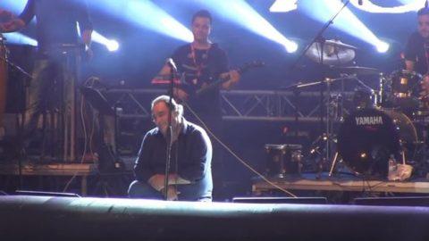 Βασίλης Καρράς: Συγκινήθηκε στη σκηνή και υποκλίθηκε στο κοινό του