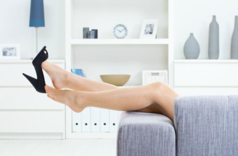 6 σοκαριστικοί λόγοι που δεν πρέπει να φοράτε παπούτσια μέσα στο σπίτι!