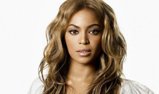 H Beyonce φόρεσε το τέλειο φλοράλ σύνολο και το συνδύασε με κόκκινες γόβες! (εικόνες)