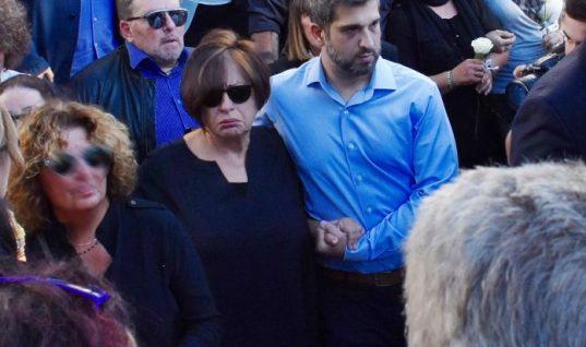 Συντετριμμένη η Χαρούλα Αλεξίου στην κηδεία του αδελφού της