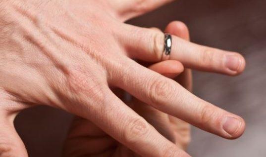 Το κόλπο για να βγάλετε το δαχτυλίδι που έχει κολλήσει στο δάχτυλο! (vid)
