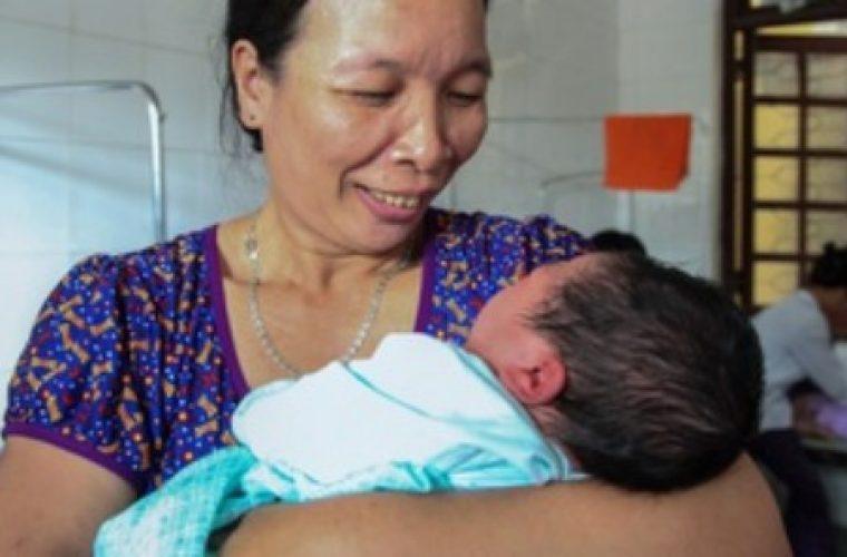 Απίστευτο: Βιετναμέζα γέννησε μωρό – γίγαντα 7,1 κιλών! (εικόνες)