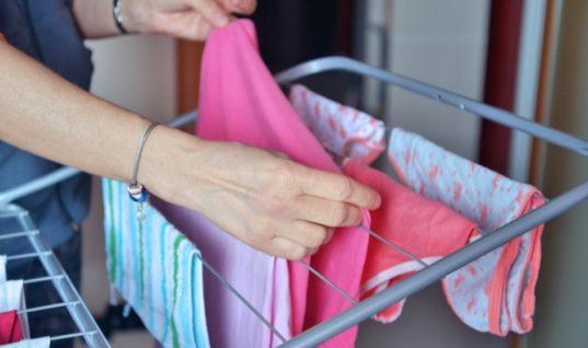 Γιατί πρέπει να ΜΗΝ στεγνώνετε τα ρούχα μέσα στο σπίτι – Κίνδυνος υγείας!