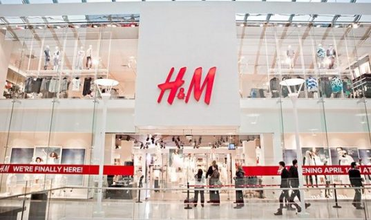 Τα H&M αναγκάστηκαν να αποσύρουν μπλούζα μετά από έντονες διαμαρτυρίες καταναλωτών