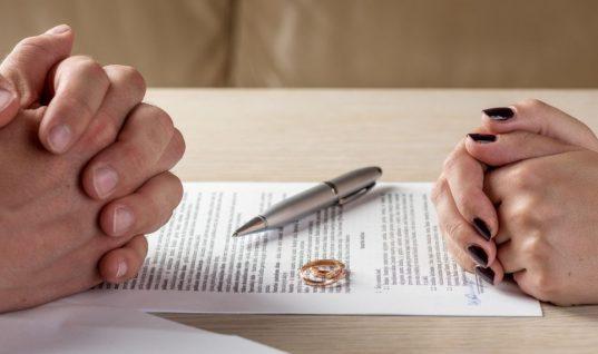 5 παράγοντες που ποτέ δεν φανταζόσουν ότι αυξάνουν τις πιθανότητες διαζυγίου σε ένα γάμο, σύμφωνα με την επιστήμη