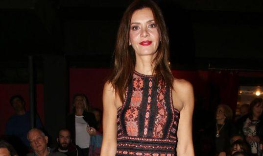 Η Κατερίνα Λέχου πήγε στο θέατρο με εντυπωσιακό μάξι φόρεμα (εικόνες)
