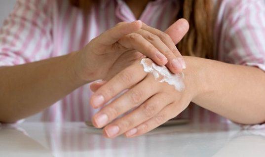 Πώς θα διώξετε με φυσικό τρόπο τις καφέ κηλίδες από τα χέρια σας
