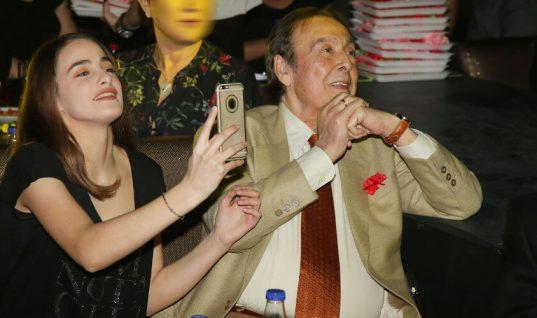 Το φιλί στο στόμα του Τόλη Βοσκόπουλου στην κόρη του, πάνω στην πίστα! (εικόνες)