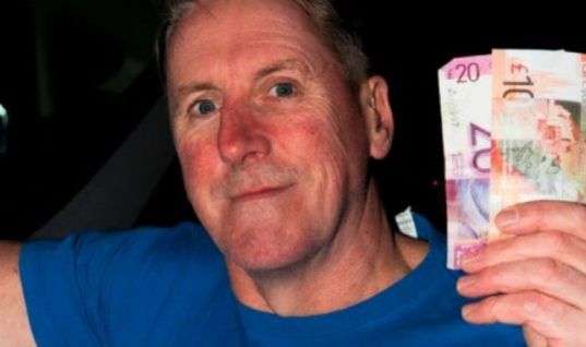 Παρέδωσε τα λεφτά που βρήκε και λίγο αργότερα κέρδισε σε στοίχημα 50.000 (εικόνες)