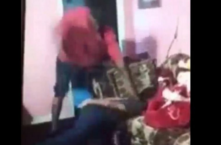Σοκαριστικό βίντεο: Πατέρας μαστιγώνει και ξυρίζει το κεφάλι κοριτσιού επειδή κατέβασε το Snapchat