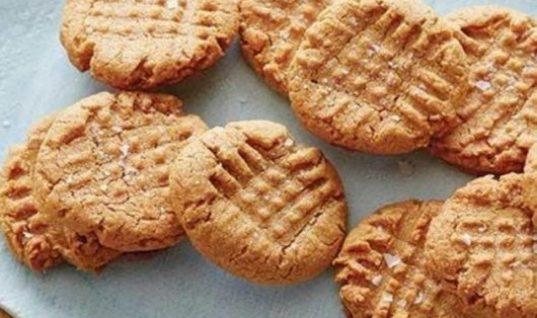 Λαχταριστά μπισκότα φυστικοβούτυρου με μόλις τρία υλικά!