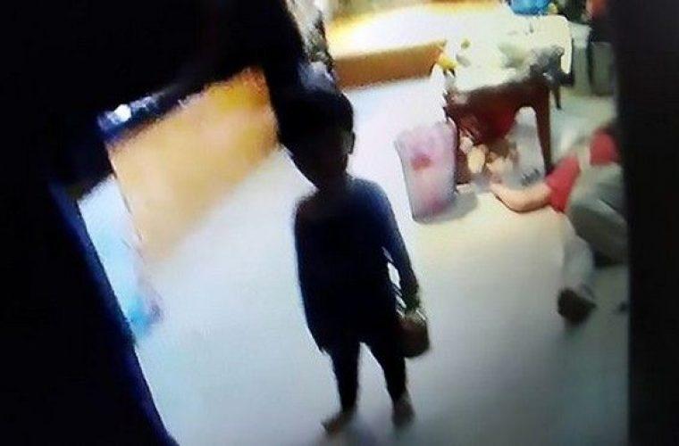 Παιδί 3 ετών βρέθηκε κλειδωμένο δίπλα στα πτώματα του παππού και της γιαγιάς του