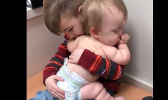 Συγκινητικό βίντεο: Αγοράκι νανουρίζει στην αγκαλιά του την μικρή του αδερφούλα!