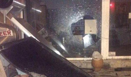 Λάρισα: Γυναίκα οδηγός «απογείωσε» το αυτοκίνητο και ισοπέδωσε τα πάντα στο πέρασμά της! (εικόνες)