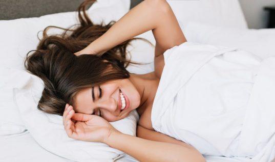 Τι δεν πρέπει να κάνεις ποτέ όταν ξυπνάς το πρωί – Ειδικός εξηγεί τον απίστευτο λόγο
