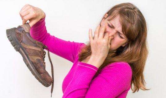 Παπούτσια που μυρίζουν άσχημα: Έξι εύκολες και γρήγορες λύσεις!