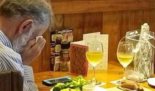 Η φωτογραφία από του Αγίου Βαλεντίνου που συγκίνησε: Ανδρας τρώει μόνος, κλαίγοντας (εικόνα)