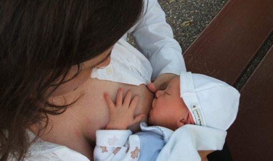 Απίστευτο κι όμως αληθινό: Διεμφυλική γυναίκα μπόρεσε να θηλάσει μωρό με το γάλα της!