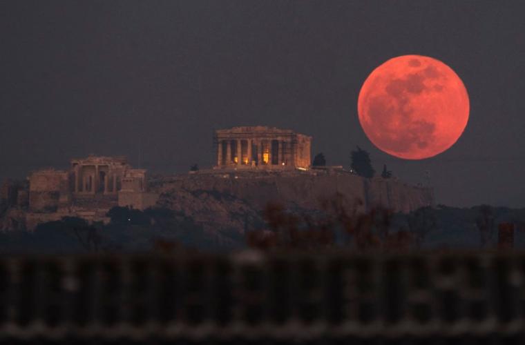 Συγκλονιστικές εικόνες από το μεγαλύτερο φεγγάρι των τελευταίων 150 χρόνων στην Ελλάδα και στον κόσμο