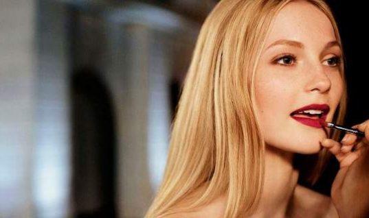 Αντίο κραγιόν -Αυτή είναι η νέα μεγάλη τάση στο μακιγιάζ για πλούσιο χρώμα στα χείλη