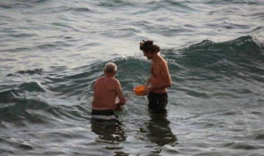 Η απίστευτη στιγμή που μια γυναίκα γέννησε το παιδί της μέσα στην Ερυθρά Θάλασσα (εικόνες)