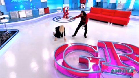 Μύθος! Απίστευτη πτώση της Αννίτας Πάνια στον αέρα της εκπομπής της την ώρα που… έκανε επίδειξη καράτε (Vid)