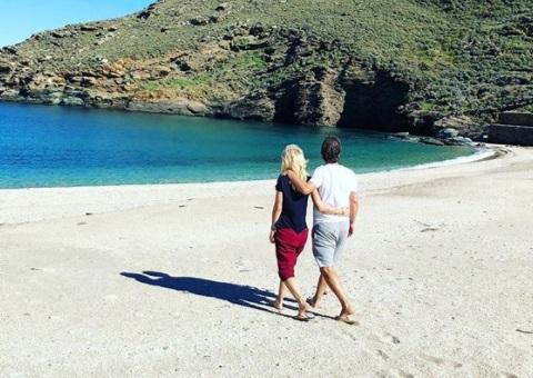 Ελένη Μενεγάκη: Ανοιξιάτικες στιγμές στην Άνδρο αγκαλιά με τον Ματέο! (εικόνες)