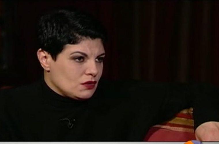 Εκτός εαυτού η Τάνια Τρύπη: Διέκοψε τη συνέντευξη, πέταξε τα μικρόφωνα και ζήτησε να κλείσει η κάμερα