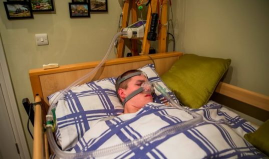 O έφηβος που κινδυνεύει να πεθάνει αν κοιμηθεί