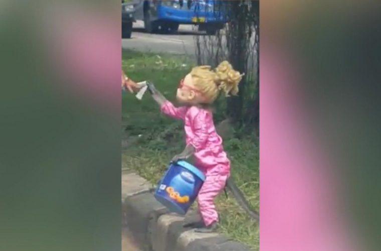 Μικρό κοριτσάκι ζητιανεύει στην άκρη του δρόμου. Γρήγορα όμως η τρομακτική αλήθεια αποκαλύπτεται