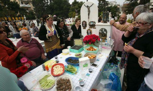 Γιατί οι Πόντιοι τρώνε στους τάφους την Κυριακή του Θωμά; (εικόνες)
