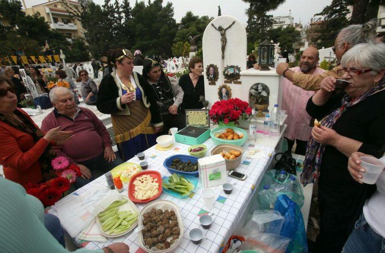Γιατί οι Πόντιοι τρώνε στους τάφους την Κυριακή του Θωμά; (ΦΩΤΟ)
