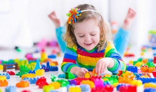 Πρακτικές συμβουλές για να μάθει το παιδί να παίζει μόνο του