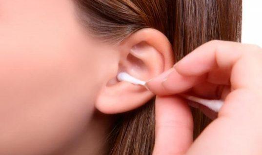 Καθαρισμός αυτιών: Πώς γίνεται σωστά – Ποια σημάδια δείχνουν πρόβλημα