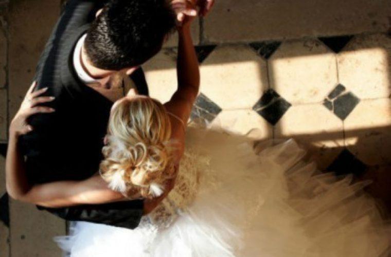 Κρήτη: Το τρίτο στεφάνι έκρυβε εκπλήξεις – Η νύφη στο ίδιο τραπέζι με τις πρώην του γαμπρού (vid)