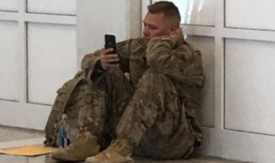 Η φωτογραφία του στρατιώτη που έγινε viral κάνοντας και τους πιο σκληρούς να λυγίσουν και η ιστορία πίσω από αυτή